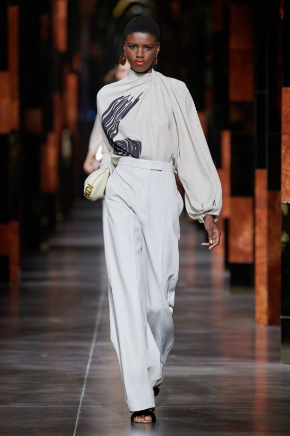 Stylish summer coats The subtle knits and elegant details of the Fendi Spring-Summer 2022 collection draw us in nude shades like off-white, as well as the embroidered embroidered coats, the classic pieces that Fendi ladies have been waiting for.