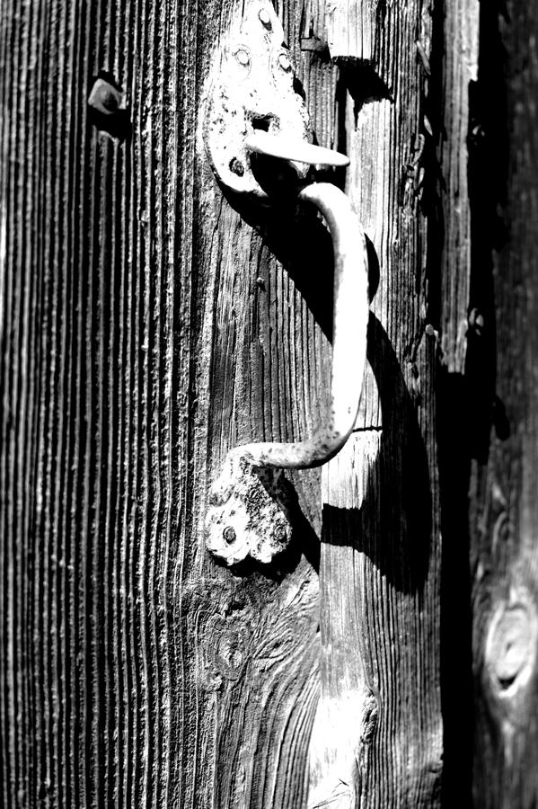 Blog + Fotografie by it's me! | fim.works | SchwarzWeissBlick No 16 | verlassenes Gehöft | Lost Place | alter Türöffner