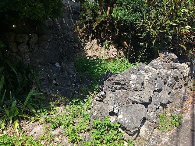 村屋跡の東にある拝所(糸満市 兼城集落)の写真