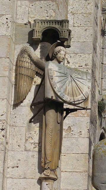 Relógio de sol medieval na fachada da catedral de Chartres, o autômato desapareceu num incêndio.