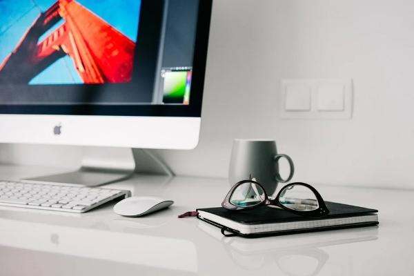 scrivania-ufficio-computer-organizzatore-lavoro