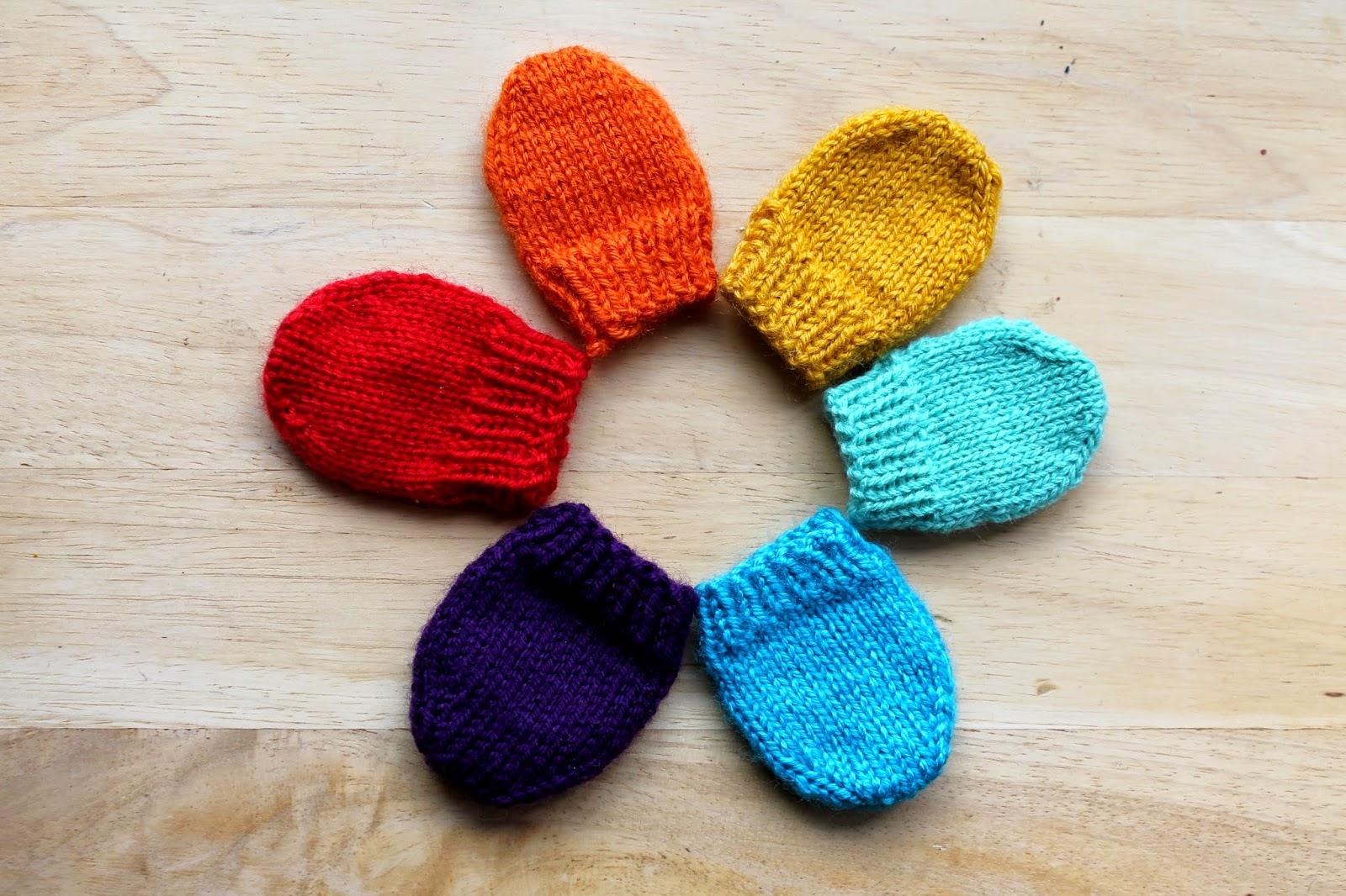 Retourner le tricot pour disposer l endroit contre l endroit, et rabattre  les mailles avec 3 aiguilles. Rentrer les fils. 5b6fc26497c