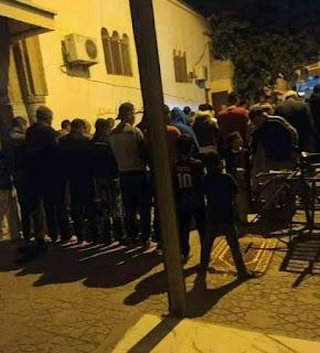 بالصورة: مصلون يتحدون قرار حظر التجوال ويؤدون صلاة العشاء والتراويح بباحة مسجد