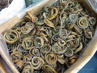 Κίνα, στο δρόμο του μεταξιού... Σάκοι με αποξηραμένα φίδια / China, on the Silk Road