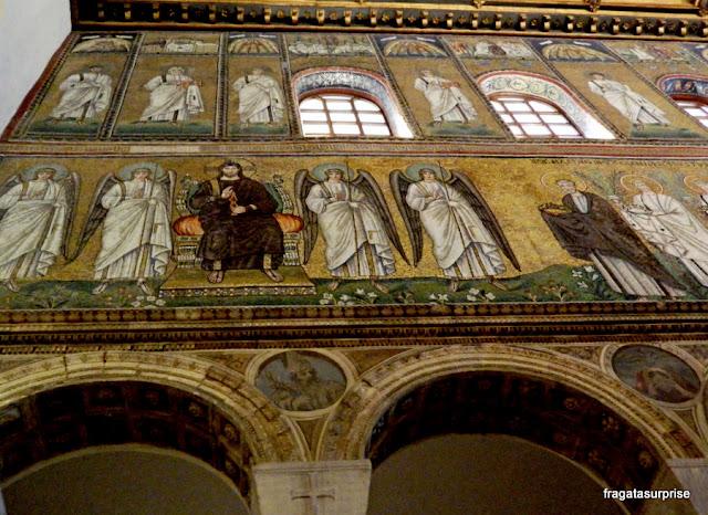 Mosaico em Ravena, na Basílica de Sant'Apollinare Nuovo, representa Cristo em trono no céu, ladeado por anjos