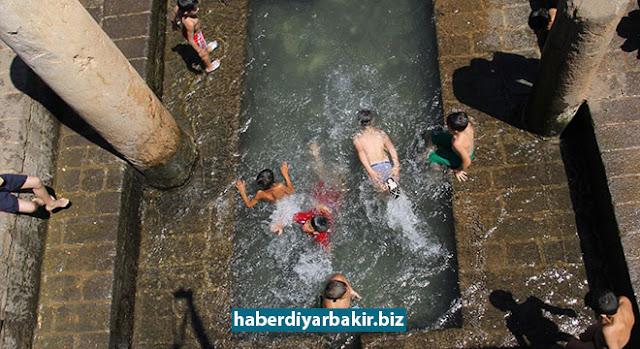 DİYARBAKIR-Diyarbakır'ın Sur ilçesi Melikahmet Mahallesi Kesmeli Sokak'ta bulunan tarihi Anzele havuzu, çocuklarını oyun alanına döndü.