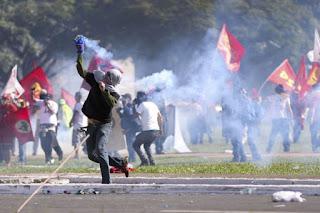 Protesto em Brasília termina com 49 feridos, 7 detidos e Exército nas ruas