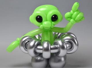 Alien als Ballonfigur aus grünen und silbernen Modellierballons geformt.
