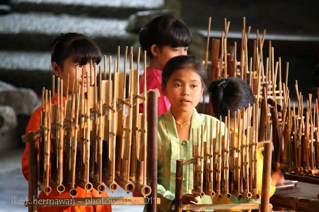 Gema Indah Senandung Bambu Saung Angklung Udjo  Wisata