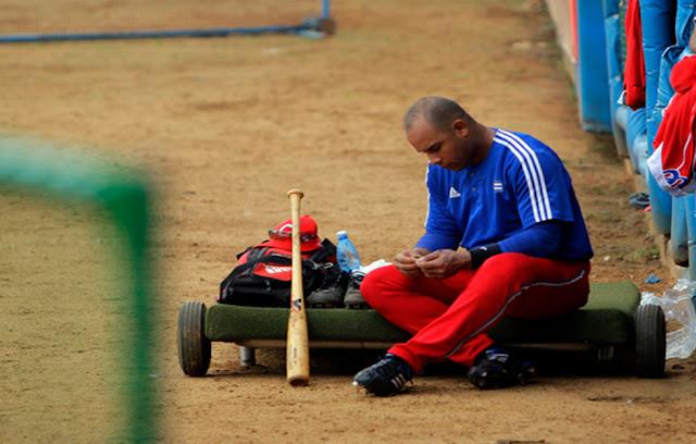 En Cuba se ha criticado la omnipotencia con la cual la Comisión Nacional de Béisbol realiza las contrataciones de los peloteros cubanos en el extranjero