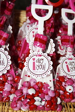 http://www.apunchofcolordesign.com/2013/01/be-mine-valentine.html#.UsucOJWA2Uk