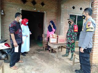 Babinsa Dan Bhabinkamtibmas Dampingi Penyerahan Paket Sembako