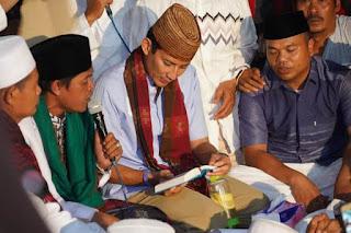 Cawapres no urut dua Sandiaga Salahuddin Uno di tengah-tengah pengasuh dan santri-santriwati Pondok Pesantren Darul Ibtida Al Malibar di Tangerang, Banten, Minggu, (6/1/2019). Foto/Istimewa