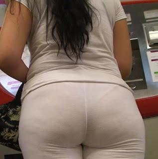 Linda morena en pantalones de yoga
