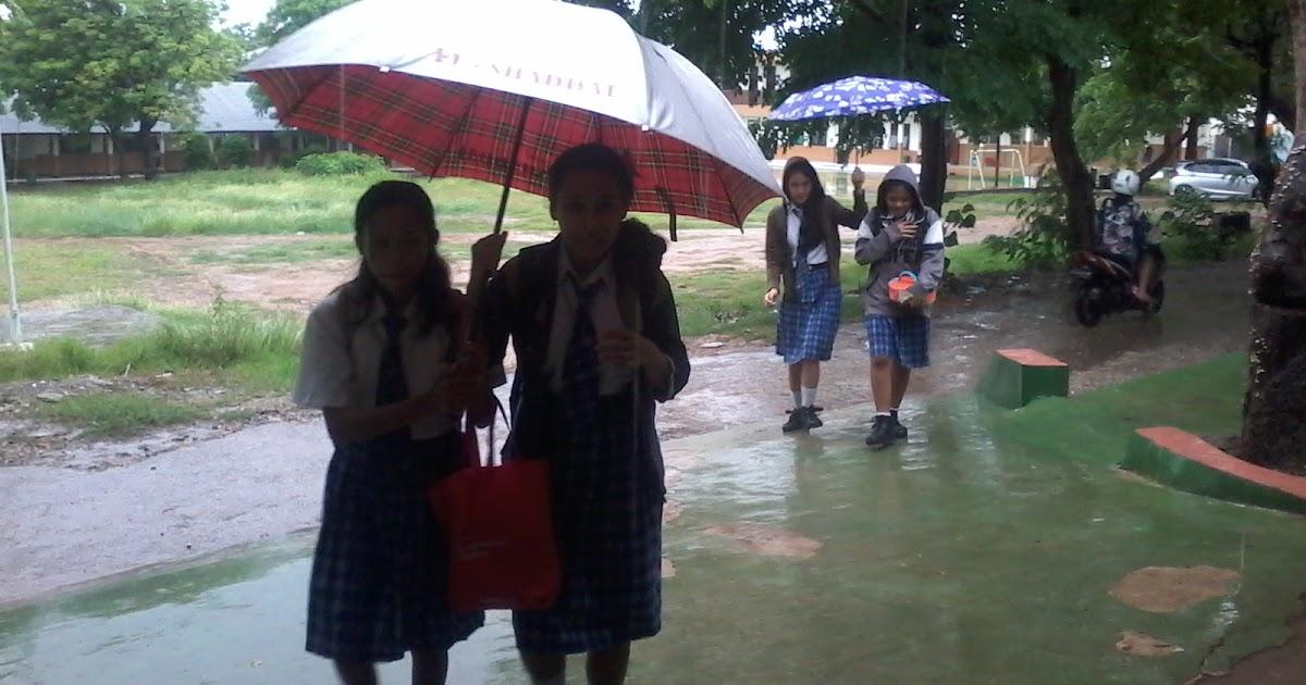 Walau Hujan, Aku Tetap Pergi ke Sekolah
