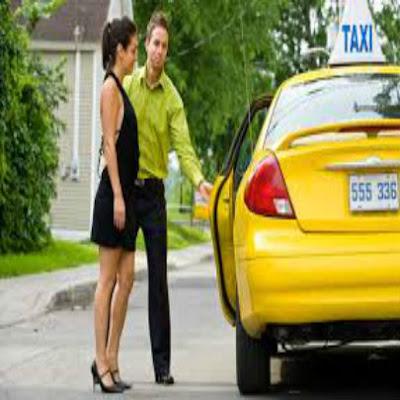 Foto de homem abrindo a porta do carro para a mulher