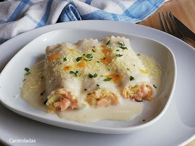 Canelones de salmón y puerros con queso