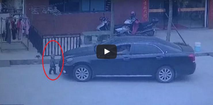 للكبار فقط فيديو قاسي ..شاهد لحظة مرور سيارة على طفل صغير  السائق كان يتحدث في الهاتف ولم ينتبه لما حصل