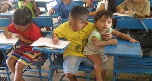На Филиппинах 7-летний мальчик пришел в школу с маленьким братом, за которым некому было присмотреть