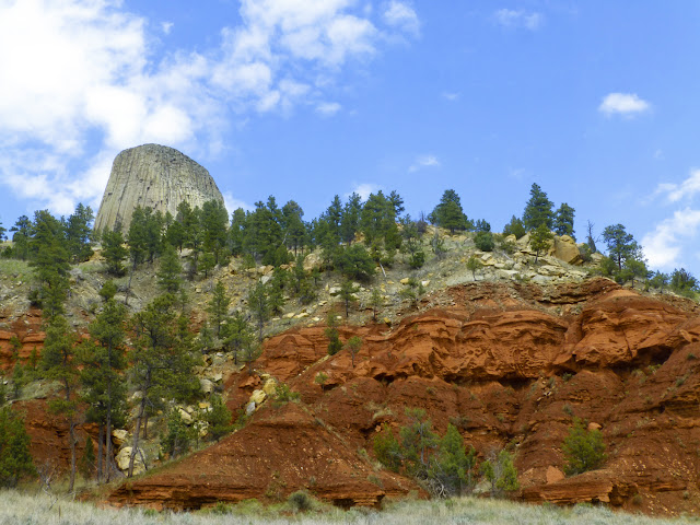 Vista de las tierras rojas que rodean la Torre del Diablo, por El Guisante Verde Project