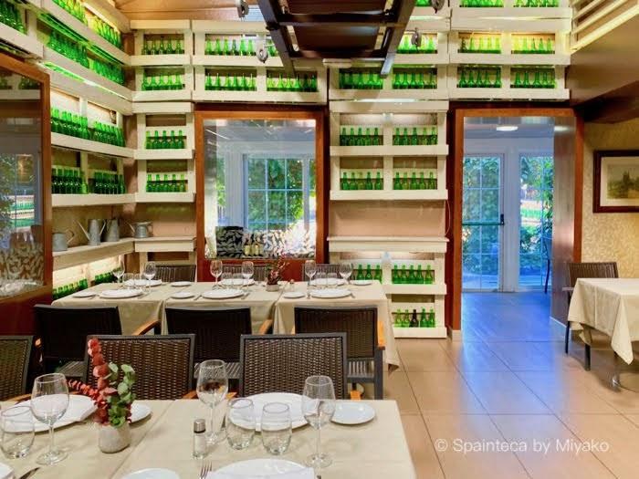 El Oso 店内に飾られるアストゥリアスのシードラの美しい緑のボトル