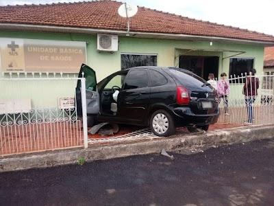 Carro atropela portão e invade posto de saúde, em Santa Amélia