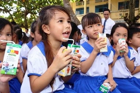 Hiệu trưởng trường tiểu học ở Nghệ An ăn cả sữa của học sinh nghèo