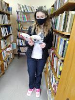 Девочка с книгой Гоголя фото