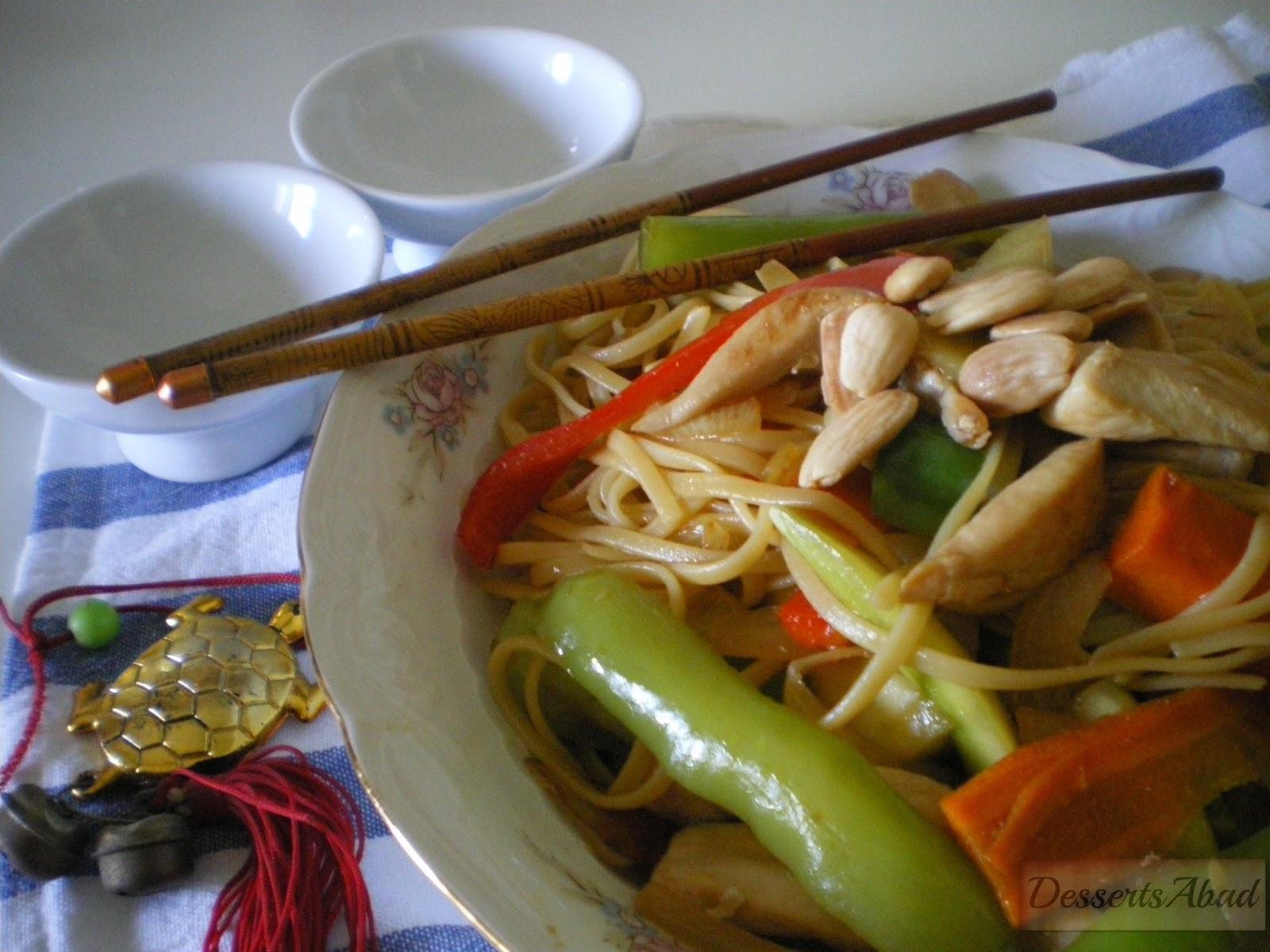 Tallarines fritos con pollo y verduras