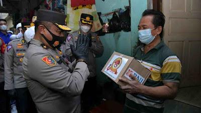 Sambut HUT Bhayangkara ke-75 Polri Bagi Sembako Kepada Pedagang Kaki Lima di Tambora