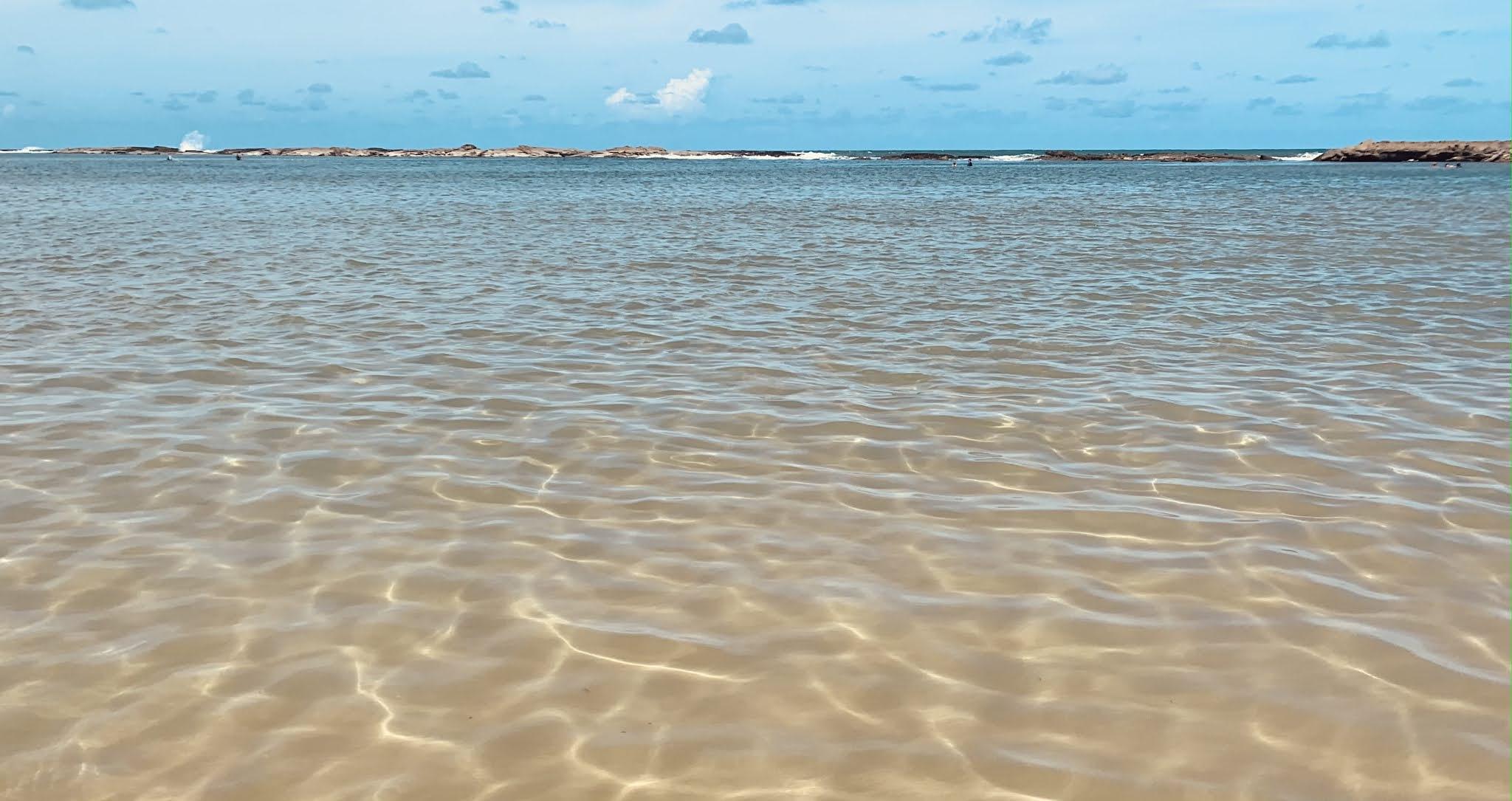 agua do mar cristalina e sem ondas