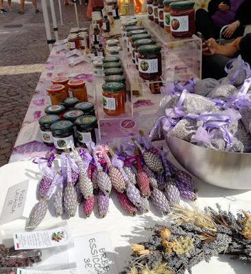 Gelatina di tarassaco, confettura di petali di rosa, confetture artigianali, oleoliti, sali aromatizzati, oggettistica, lavanda, erbe officinali, erbe aromatiche, ortica, piccoli frutti, lamponi, ribes, uva spina, rose, rose e ancora rose