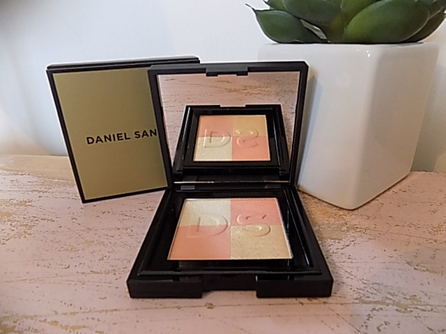 Daniel Sandler Radiant Glow Illuminating Face Powder
