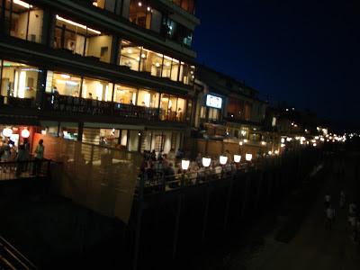 le tipiche terrazze sul fiume delle case da te di Pontocho