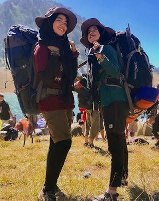 Bandana dan Kupluk Wanita Pendaki