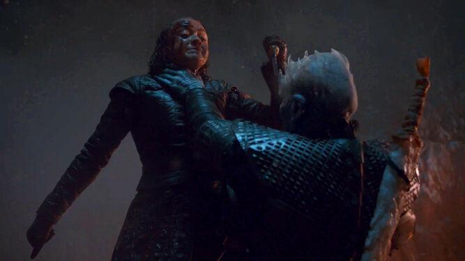 arya mata al rey de la noche en el capítulo 8x03 de Juego de Tronos