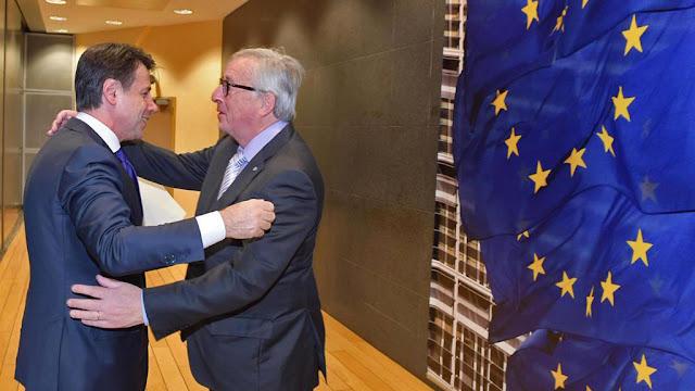 Un abbraccio fra il premier Giuseppe Conte e il presidente della Commissione europea Jean-Claude Juncker