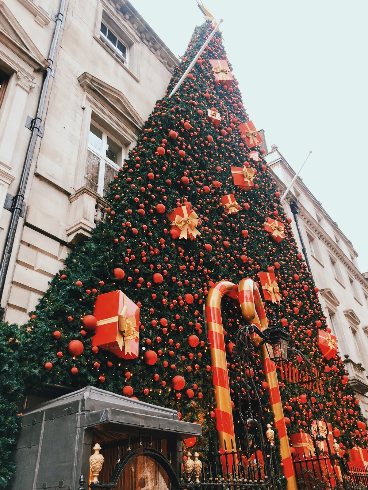christmas in london, christmas decoration in london, christmas 2018, christmas decoration london 2018, indian blogger, london blogger, annabels mayfair, annabels mayfair christmas decoration,