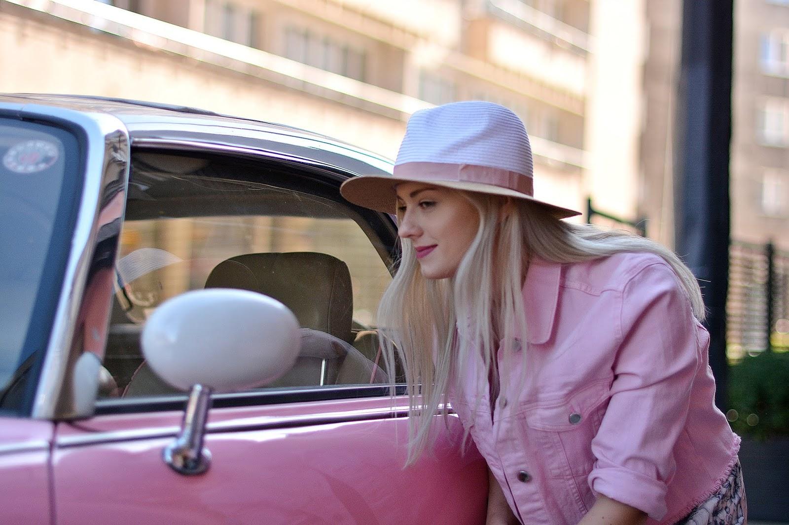 różowy samochód