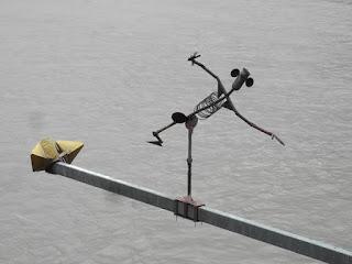 scultura equilibrista