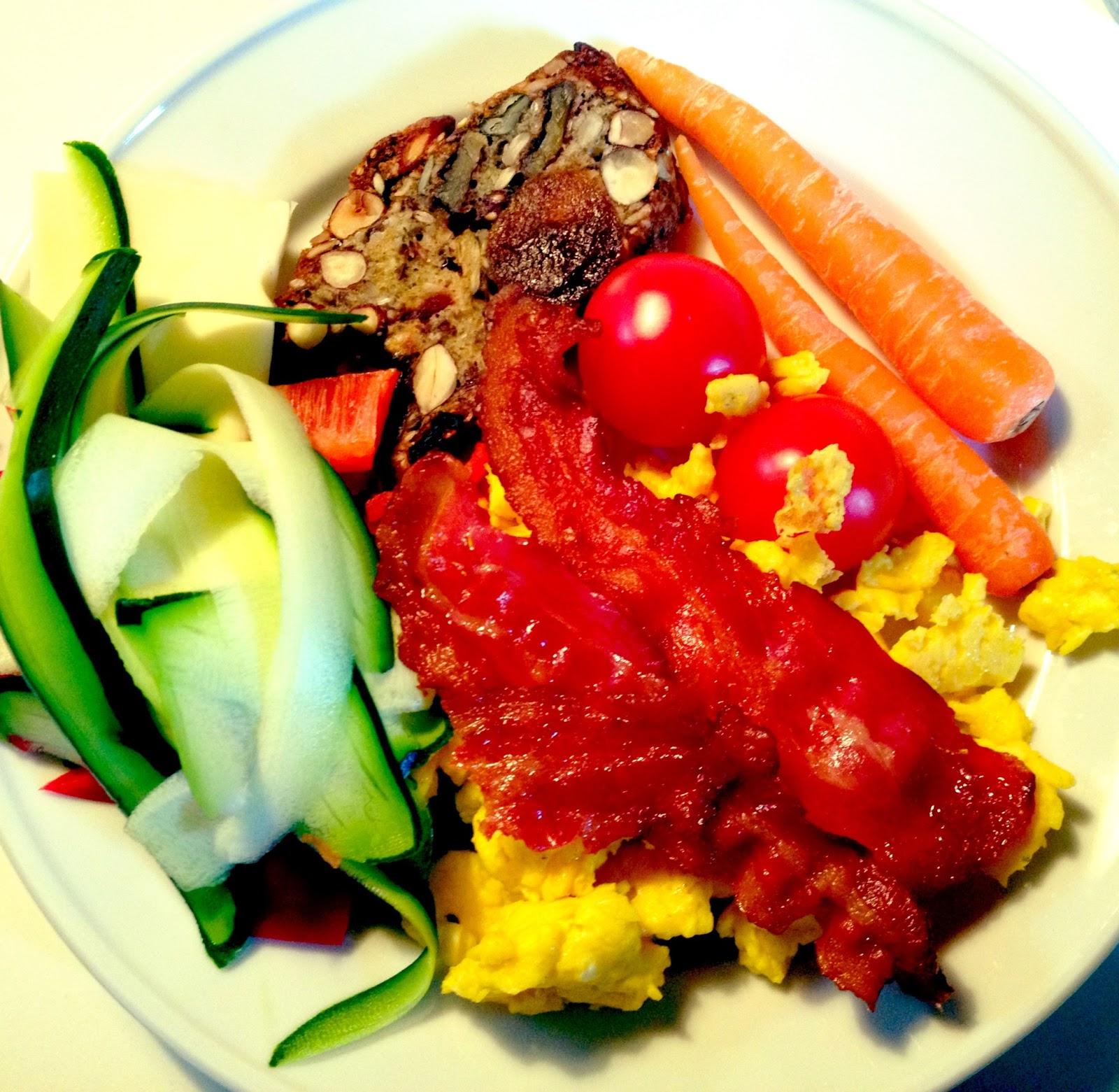 frokost, sund, paleo, palæo, æg, bacon, paleobrød, brød, palæobrød, grøntsager, gulerødder, tomat, agurk, squash, agurk, peberfrugt