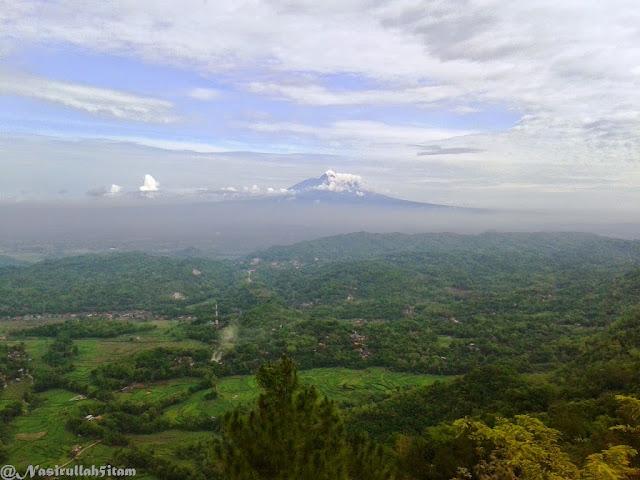 Pemandangan dari puncak Becici, terlihat Gunung Merapi dari kejauhan