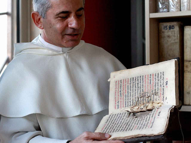 O frade dominicano Najeeb-Michaeel, mostra outro documento salvo.