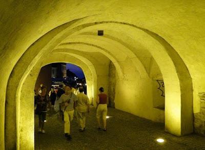 Pe sub Turnul Sfatului, spre Piața Mică, noaptea