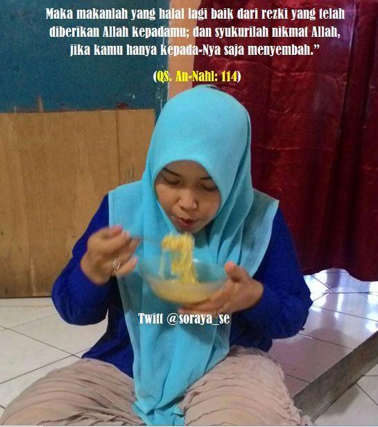photo soraya gadis berjilbab makan nikmat