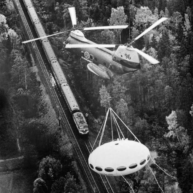 Transportando una casa Futuro House en helicóptero