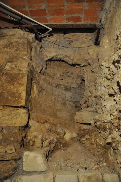 Kościół pod wezwaniem Wniebowzięcia NMP w Zawichoście - relikty świątyni z XI w. znajdujące się w podziemiach obecnego kościoła - transept