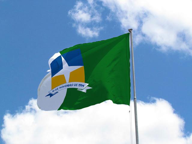 Design da Bandeira de Davinópolis estilizada em tecido em alta resolução.