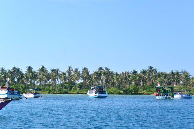 Kapal-kapal yang mengantarkan wisatawan untuk menikmati keindahan bawah laut Karimunjawa