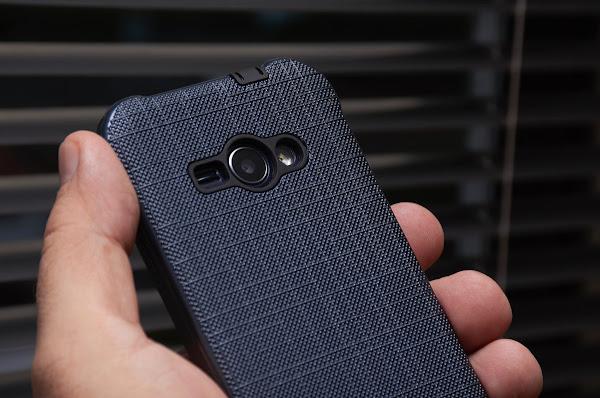 Pessoa Segurando Um Smartphone Com Invólucro Azul
